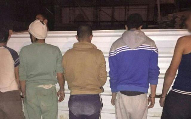 Illustration : Arrestation par la police d'un groupe de 22 Palestiniens qui vivaient illégalement en Israël, près du parc national Besor Stream, le 10 mars 2016. (Crédit : police israélienne)