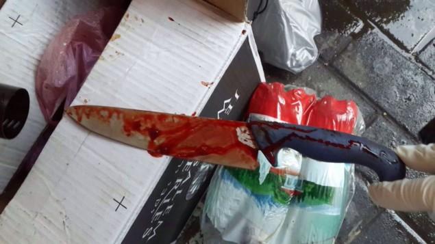 Le couteau utilisé dans l'attaque de Petah Tikva, le 8 mars 2016. La victime a retiré le couteau de son cou et l'a utilisé pour poignarder son attaquant. (Crédit : police israélienne)