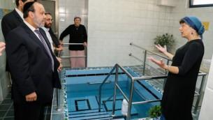 Le ministre des Affaires religieuses David Azoulay visite un luxueux mikvé [bain rituel] dans l'implantation d'Alon Shvut, en Cisjordanie, pendant une visite du Gush Etzion le 25 août 2015. (Crédit : Gershon Elinson/FLASH90)