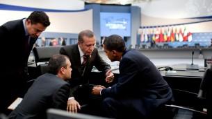 le président américain Barack Obama et le Premier ministre turc Recep Tayyip Erdogan à la suite de la session de l'après-midis du sommet du G20 à Pittsburgh, le 25 septembre 2009.(Crédit : Pete Souza [domaine public], via Wikimedia Commons)