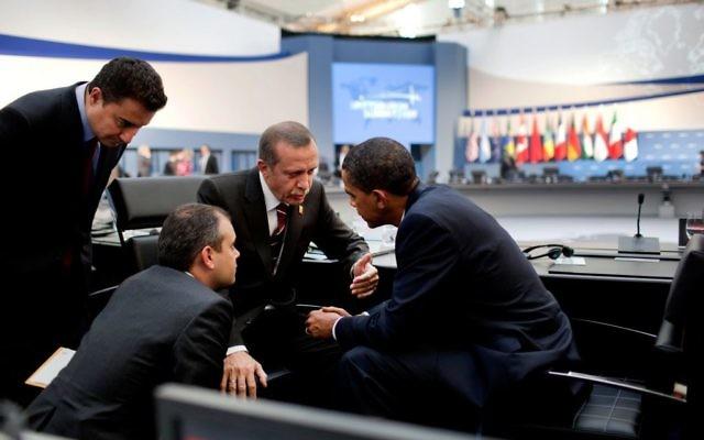 Le président américain Barack Obama et le Premier ministre turc, aujourd'hui président, Recep Tayyip Erdogan à la suite de la session de l'après-midis du sommet du G20 à Pittsburgh, le 25 septembre 2009.(Crédit : Pete Souza [domaine public], via Wikimedia Commons)