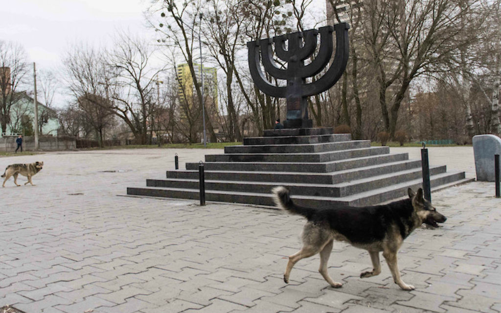 Des chiens errants près du monument de Babi Yar, le 14 mars 2016, à Kiev, où des nazis et des collaborateurs locaux ont assassinés 30 000 juifs en 1941. (Crédit : Cnaan Liphshiz/JTA)