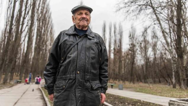 Vladimir Proch, juif ukrainien de 87 ans, survivant de la Shoah, près du monument de Babi Yar à Kiev, le 14 mars 2016. (Crédit : Cnaan Liphshiz/JTA)