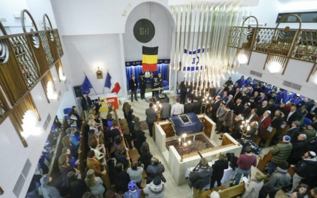 Cérémonie d'hommage aux victimes après les attentats de Charlie Hebdo et de l'Hyper Cacher dans la synagogue Maale de Bruxelles, le 14 janvier 2015. (Crédit : Thierry Roge/AFP/Getty Images via JTA)