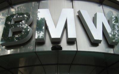 Le logo de BMW devant un magasin du groupe à Berlin. (Crédit : CC BY Mangan 2002, Wikimedia Commons)