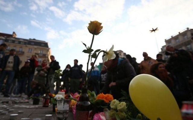 Mémorial en hommage aux victimes des attentats terroristes de Bruxelles, place de la Bourse, dans la capitale belge, le 22 mars 2016. (Crédit : Carl Court/Getty Images/JTA)