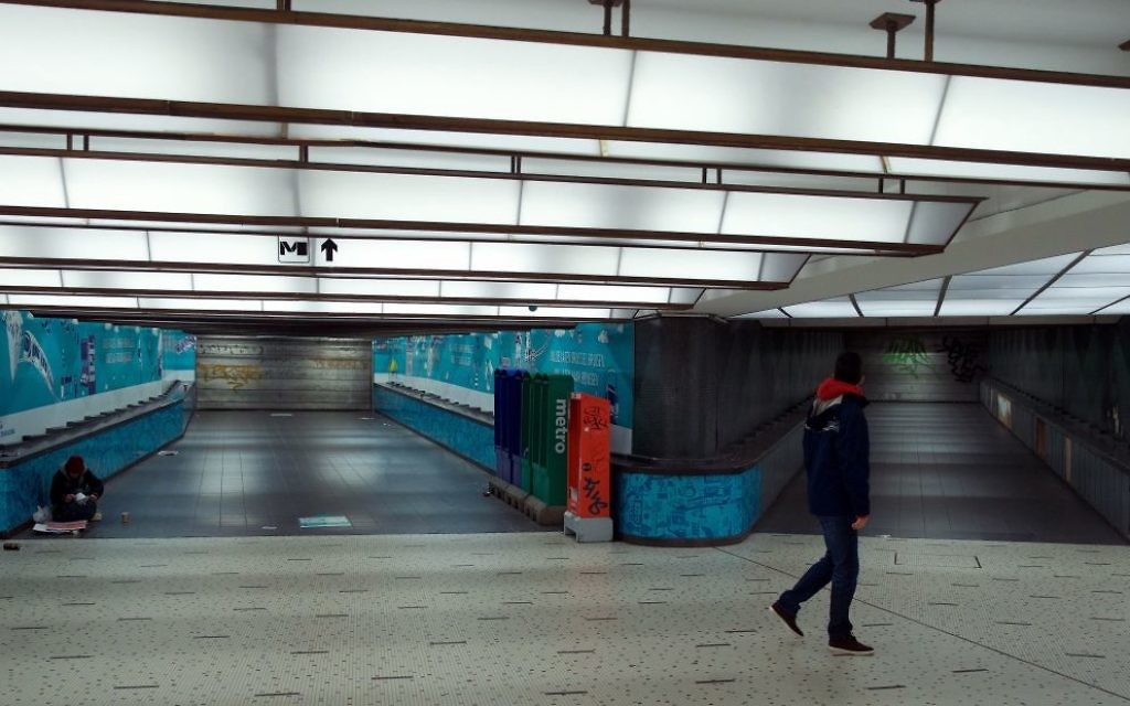 Un homme dans un tunnel vide d'une station de métro fermée à Bruxelles, en Belgique, le 21 novembre 2015. (Crédit : Nicolas Maeterlinck/AFP/Getty Images)