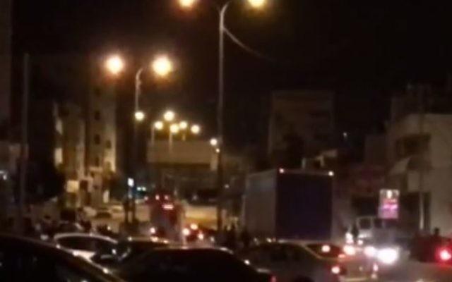Affrontements dans le camp de réfugiés palestiniens de Qalandiya, en Cisjordanie, au nord de Jérusalem, dans la nuit du 29 février 2016. (Crédit : capture d'écran YouTube/Times of Israel)