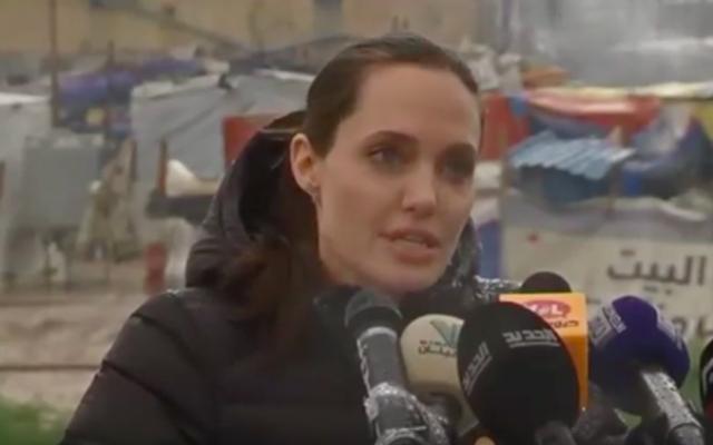 Angelina Jolie dans un camp de réfugiés au Liban, le 15 mars 2016 (Crédit : Capture d'écran YouTube)