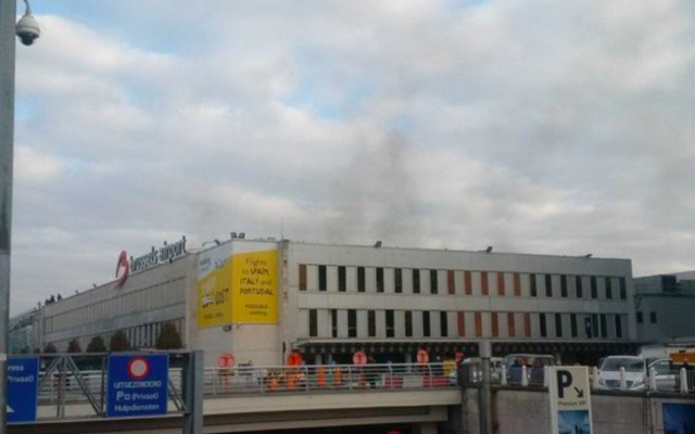 Suite à deux explosions à l'aéroport de Bruxelles, de la fumée s'élève du bâtiment, le 22 mars 216. (Crédit : capture d'écran Twitter/Declan Varley)