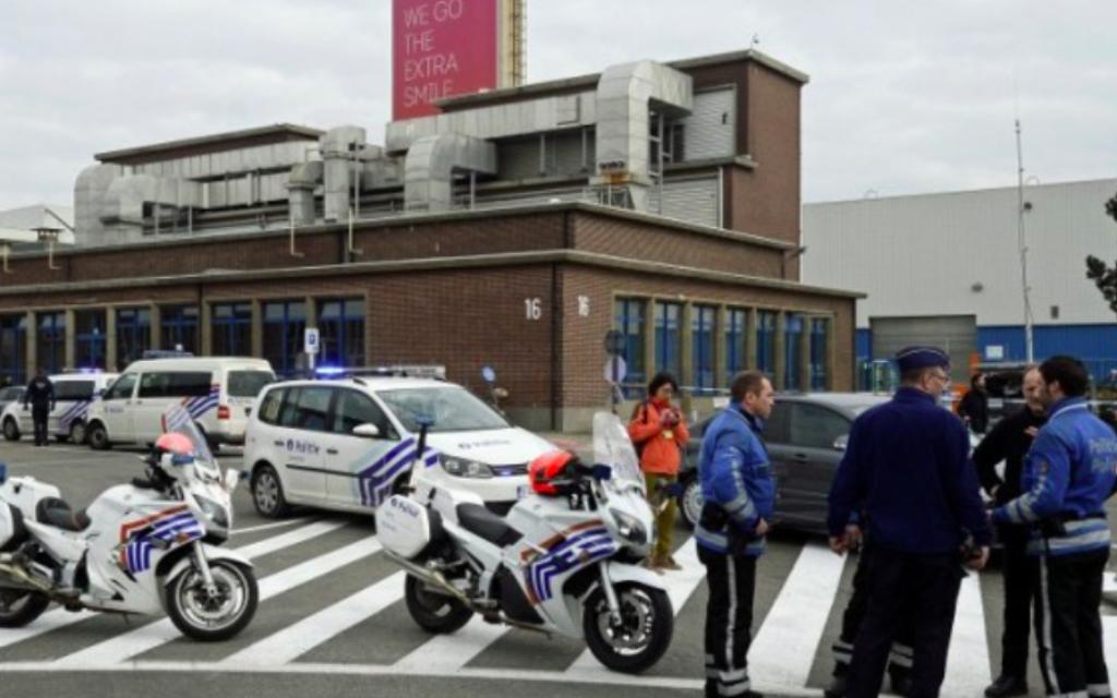 Les agents de police belges montent la garde à l'aéroport de Bruxelles, à Zaventem, le 22 mars 2016, après une série d'explosions qui a secoué l'aéroport de Bruxelles et une station de métro la ville. (Crédit : AFP / Belga / DIRK WAEM / Belgique OUT)