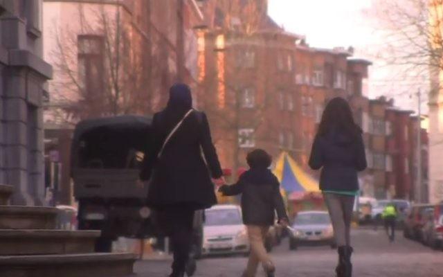 Le quartier de Molenbeek, à Bruxelles, après les attentats du 22 mars 2016. (Crédit : capture d'écran YouTube/Channel 4 News)