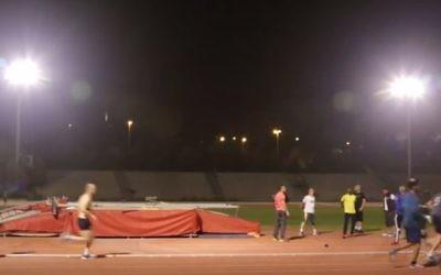 L'équipe masculine judéo-arabe de Coureurs sans frontière s'entraîne pour le marathon de Jérusalem au stade de l'université hébraïque, à Givat Ram, en mars 2016. (Crédit : capture d'écran YouTube/Times of Israel)
