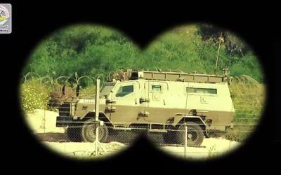 Tank israélien montré comme à travers la visée d'une arme dans une vidéo du groupe terroriste palestinien du Jihad islamique menaçant l'armée israélienne, diffusée le 15 mars 2016. (Crédit : capture d'écran YouTube)