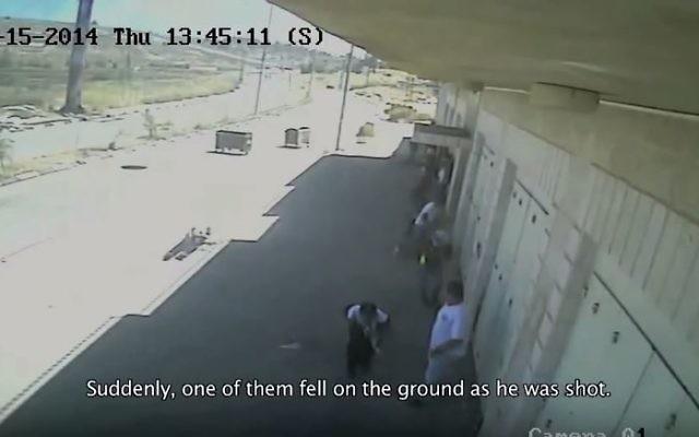 Deux Palestiniens, Nadeem Siam Nawara, 17 ans, et Muhammad Abu Taher, 22 ans, avaient été blessés par balle le 15 mai 2014, jour de la Nakba, dans le village de Beitunia, près de Ramallah, en Cisjordanie. (Crédit : capture d'écran YouTube/Defence for Children Palestine)