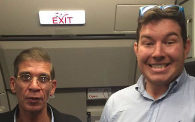 Benjamin Innes, 26 ans, avec le pirate de l'air d'EgyptAir, Seif Eldin Mustafa (à gauche) (Crédit : Capture d'écran Twitter)
