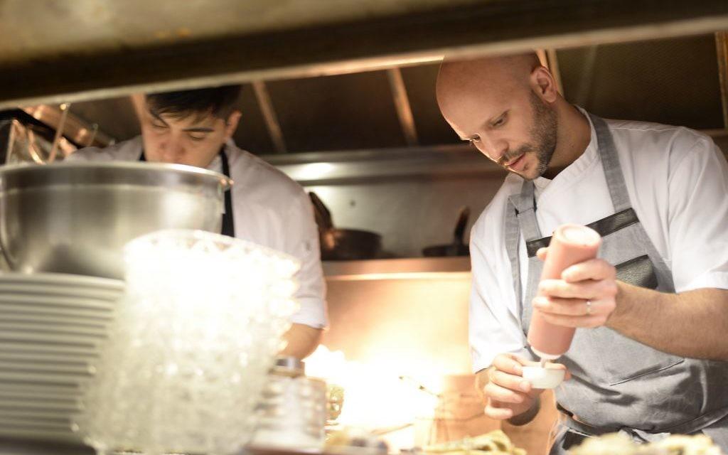 Tomas Kalika (à droite) dans la cuisine au Mishiguene à Buenos Aires (Crédit : Autorisation de Mishiguene)