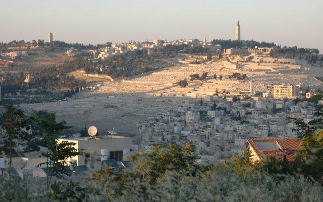 Le mont des Oliviers à Jérusalem, vu depuis l'enceinte grecque à Abu Tor. (Crédit : Sue Surkes/Times of Israël)