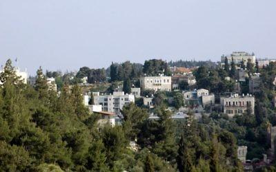 Une vue de l'enceinte grecque à Abu Tor depuis la Porte de Jaffa dans Vieille Ville (Crédit : Sue Surkes / Times of Israel)