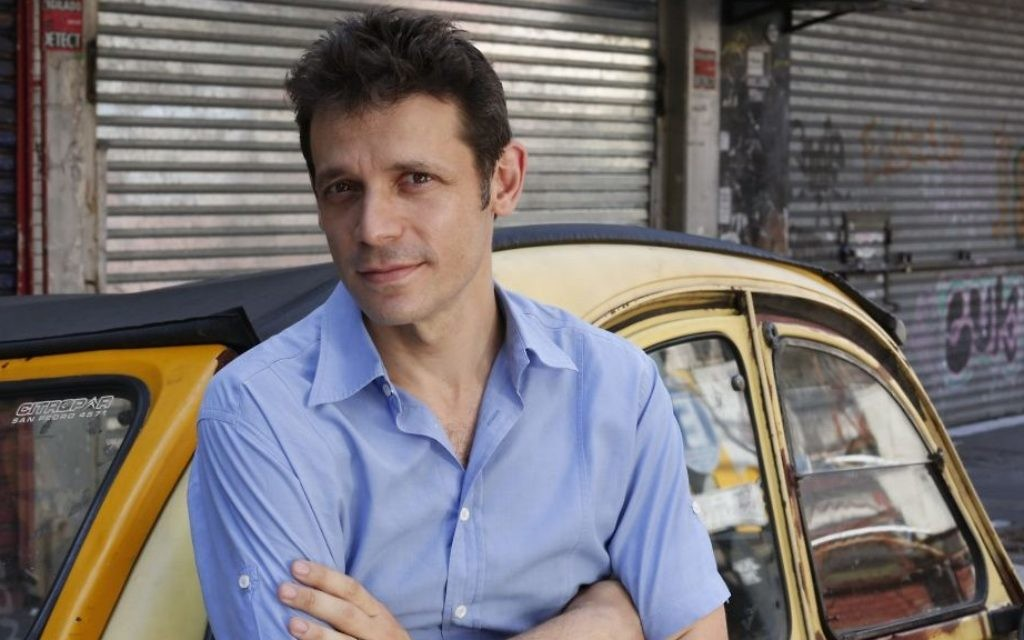 Le réalisateur juif argentin Daniel Burnham, sur le tournage de son nouveau long métrage 'El Rey del Once' (The Tenth Man)  (Crédit : Marcos Lopez)
