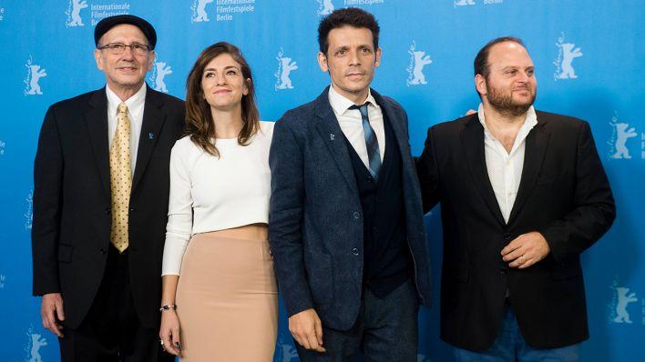 Daniel Burman (deuxième à droite) avec les acteurs d'Usher, Julieta Zylberberg et Alan Sabbagh (Crédit : Autorisation)