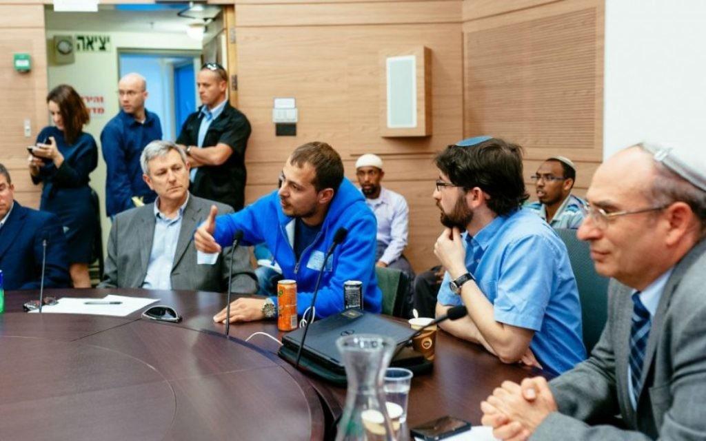 David, immigrant de l'ex-URSS (en pull bleu) témoigne devant la commission de l'Alyah de la Knesset. Depuis la gauche, sont également présent le rabbin de Giyur KaHalacha Seth Farber, Eli Cohen, directeur, et l'avocat Elad Caplan. A Jérusalem, le 8 mars 2016. (Crédit : Michael Shapochnic, Giyur KaHalacha)