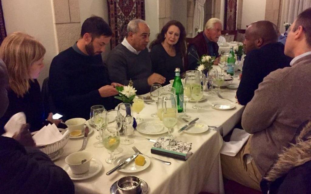 Les membres d'une délégation sud-africaine en train de diner avec Mohammad Darawshe (quatrième à gauche) à l'Hôtel American Colony à Jérusalem, en février 2016 (Crédit : Eliana Rudee)