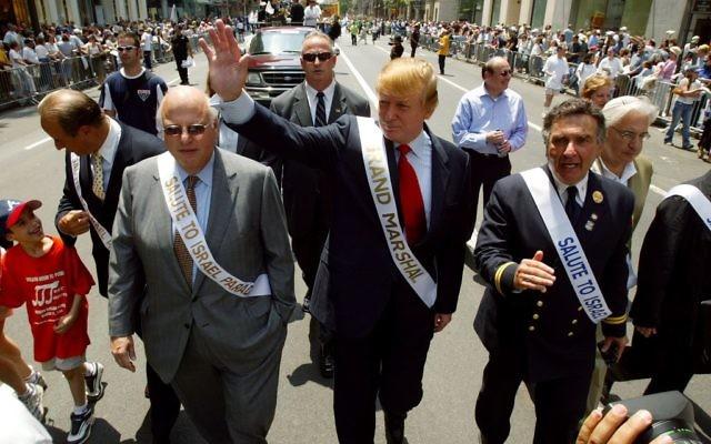 Donald Trump servant en tant que grand maréchal du Salute Israel Parade à New York, le 23 mai 2004 (Crédit : Ron Antonelli / NY Daily News Archive via Getty Images via JTA)
