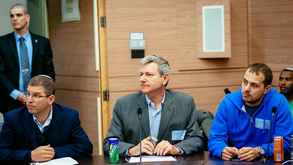 Le rabbin de Giyur KaHalacha Seth Farber (à gauche), Eli Cohen, directeur, et David, converti, à la réunion de la commission sur l'Alyah à la Knesset, le 8 mars 2016. (Crédit : Michael Shapochnic, Giyur KaHalacha)
