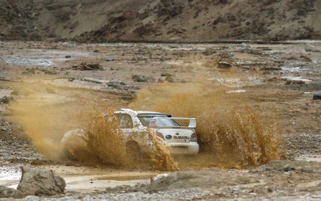 Une voiture enlisée (Crédit : Nati Shohat/Flash90)