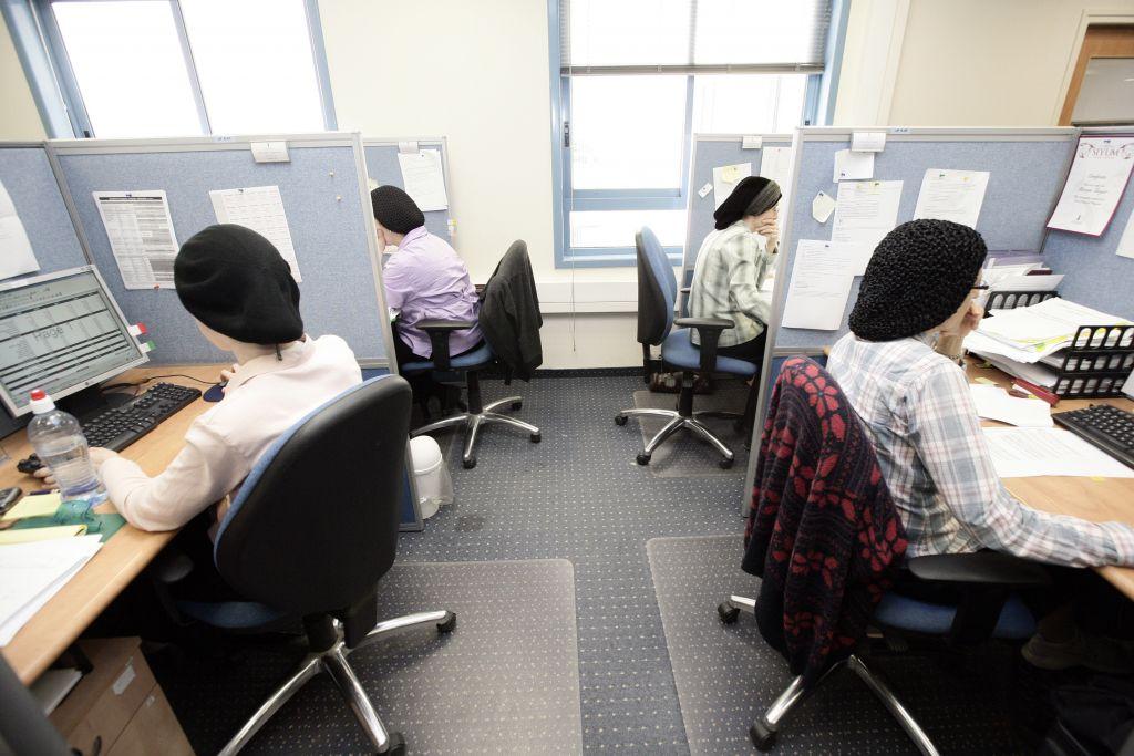 les femmes ultra-orthodoxes travaillant dans une société israélienne spécialisée en haute technologie (Crédit : Abir Sultan / Flash90)