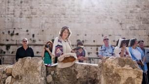 La militante Anat Hoffman qui lit la Torah près du mur Occidental en 2011 (Crédit : Hadas Parush / Flash90)