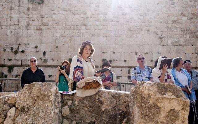 Anat Hoffman, présidente des Femmes du mur, lit la Torah devant le mur Occidental en mai 2011. (Crédit : Hadas Parush/Flash90)