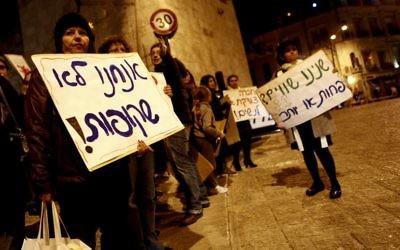 Des dizaines de femmes juives et arabes défilant près de la Vieille Ville de Jérusalem ^pour la Journée internationale contre la violence  contre les femmes l'an dernier (Crédit : Uri Lenz / Flash90)