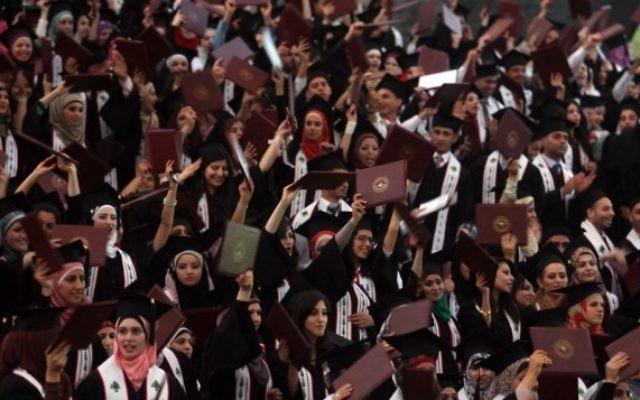 Etudiants palestiniens pendant la cérémonie de remise de diplômes à l'université Bir Zeit, le 18 mai 2012. (Crédit : Issam Rimawi/Flash90)