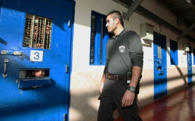 Un gardien dans une prison israélienne détenant des Palestiniens. (Crédit : Moshe Shai/Flash90/File)