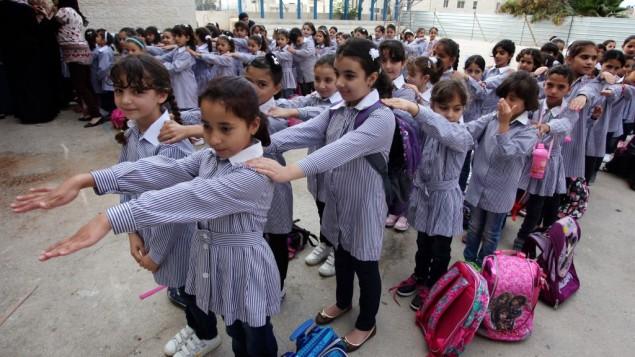 Des écolières palestiniennes le jour de la rentrée scolaire à Ramallah, en Cisjordanie, le 25 août 2013. (Crédit : Issam Rimawi/Flash90)