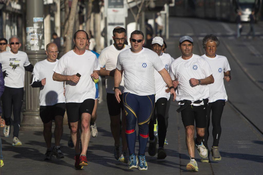 Le maire de Jérusalem, Nir Barkat, un coureur, se préparant pour le marathon de Jérusalem 2014 (Crédit : Yonatan Sindel / Flash90)
