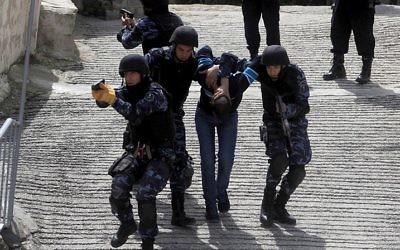 La police palestinienne pendant une session d'entraînement de la force spéciale à Ramallah, en Cisjordanie, en 2014. (Crédit : Issam Rimawi/Flash90)