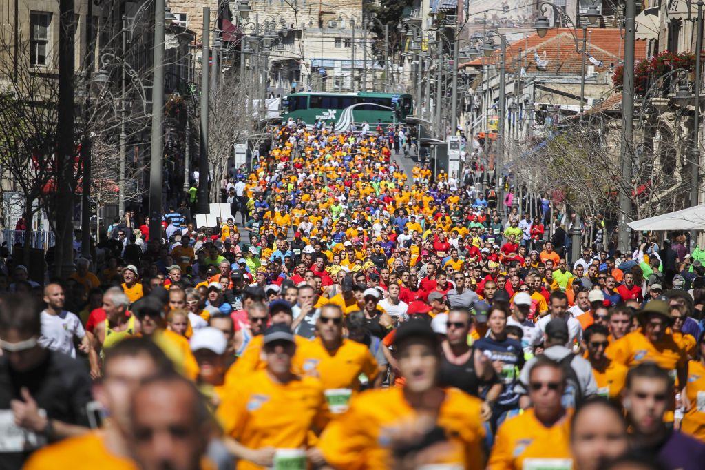 Les coureurs pendant le marathon 2014 à Jérusalem (Crédit : Uri Lenz / Flash90)