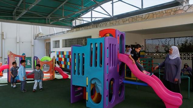 De jeunes enfants sur une aire de jeu du jardin d'enfants du couvent des sœurs comboniennes dans le quartier de Ras Al-Amud de Jérusalem est, le 19 mai 2014. (Illustration, crédit : Miriam Alster/FLASH90)