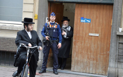 La police supplémentaire déployée en Belgique après une attaque en mai 2014 au musée juif de Bruxelles (Crédit : Joods Actueel / FLASH90)