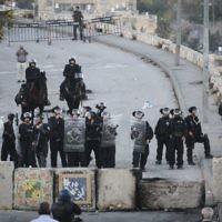 La police des frontières israélienne monte la garde à côté de nouveaux blocs de ciment placés à l'entrée d'Issawiya à Jérusalem-Est lors d'une manifestation contre la fermeture du quartier, le 12 novembre 2014. (Crédit photo: Hadas Parush/Flash90)