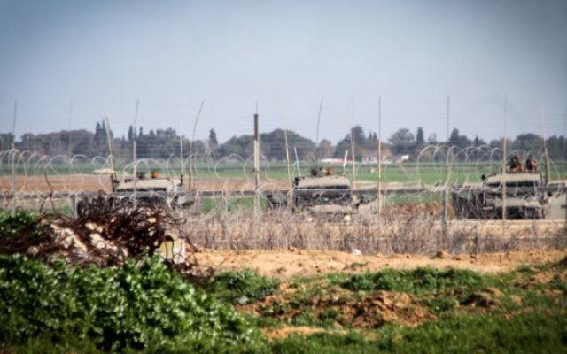 Les forces israéliennes près de la clôture de sécurité à la frontière antre Israël et la bande de Gaza, en février 2015. Illustration. (Crédit : Abed Rahim Khatib/Flash90)