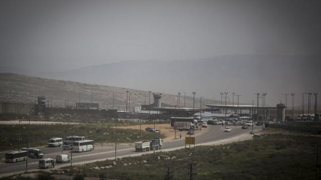 Le checkpoint de Qalandiya, près de la zone industrielle d'Atarot, entre Jérusalem Est et la Cisjordanie, le 7 avril 2015. (Crédit : Hadas Parush/Flash90)