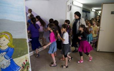 Les enfants des écoles se précipitent dans les abris alors que les sirènes sonnent partout en Israël dans le cadre d'un d'un exercice du Commandement de la Défense passive, le 2 juin 2015 (Crédit : Yonatan Sindel / Flash90)