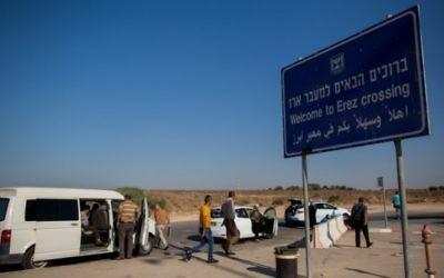 Des Palestiniens arrivent depuis Gaza au point de passage Erez, entre Israël et la bande de Gaza, le 3 septembre 2015. (Crédit : Yonatan Sindel/Flash90)
