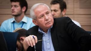 Le membre du likud du parlement Avi Dichter assistant à une discussion Knesset le 19 novembre 2015 (Crédit : Miriam Alster / FLASH90)