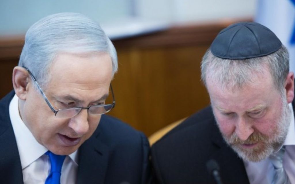 Le Premier ministre Benjamin Netanyahu (à gauche) avec Avichai Mandelblit, alors secrétaire du cabinet, pendant une réunion du cabinet à Jérusalem, le 20 décembre 2015. (Crédit : Yonatan Sindel/Flash90)