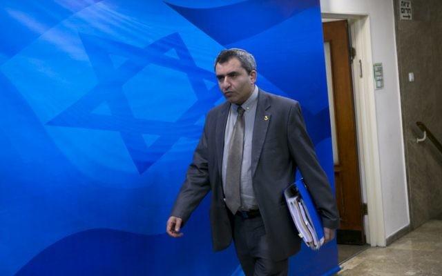 Zeev Elkin arrive à la réunion hebdomadaire du cabinet, au bureau du Premier ministre à Jérusalem, le 14 février 2016. (Crédit : Olivier Fitoussi/Pool)